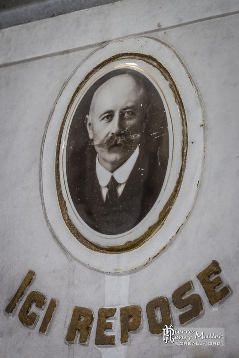 Inscription ici repose et photo sur la stèle d'une tombe