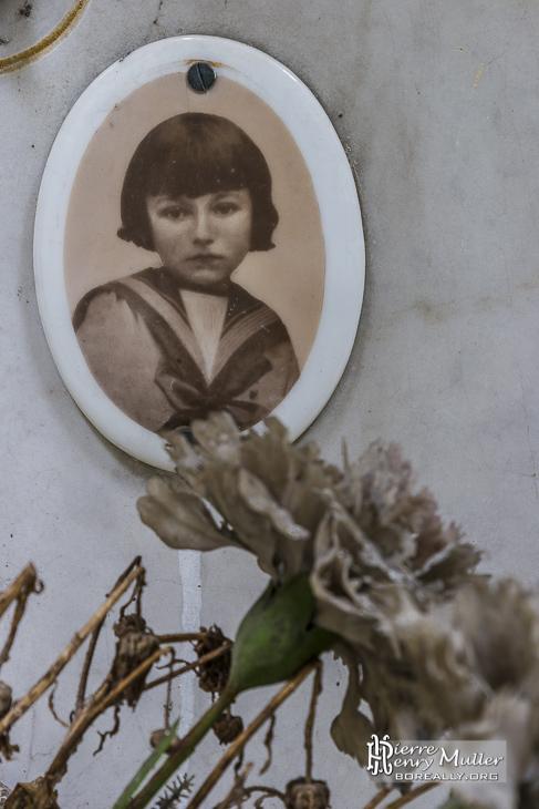 Photo d'enfant sur une tombe