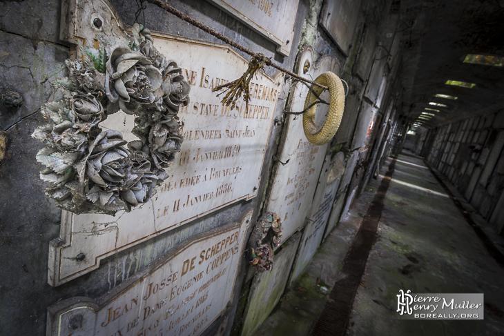Plaques des sépultures des tombeaux de la crypte