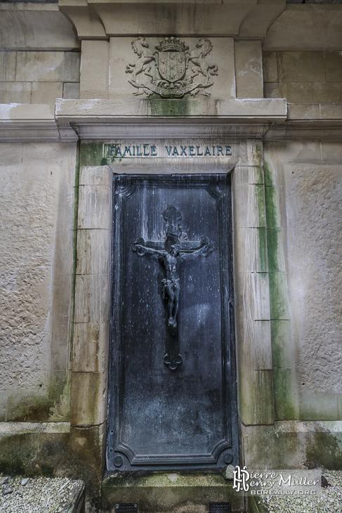 Porte décorée d'un caveau dans la crypte