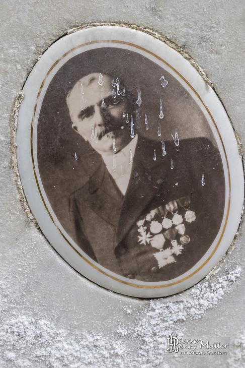 Portrait d'un militaire sur sa tombe