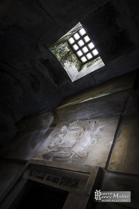 Puits de lumière dans la crypte de Laeken