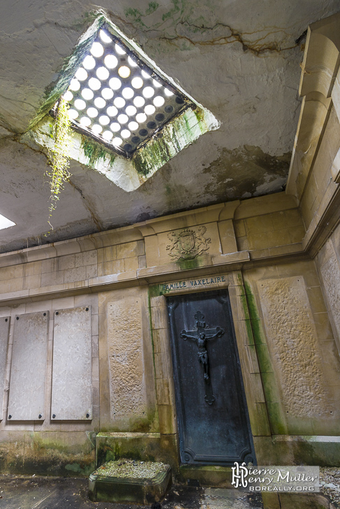 Puits de lumière au dessus d'un caveau de la crypte