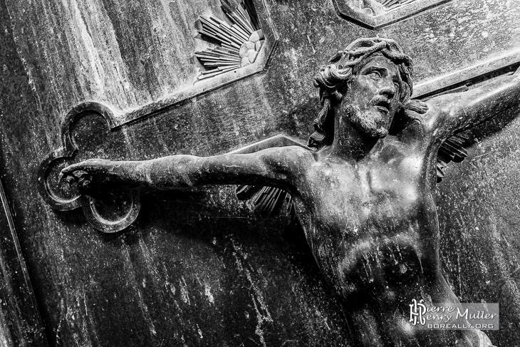 Sculture de Jesus sur sa croix en noir et blanc