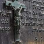 Stèle avec inscriptions et Jesus sur sa croix