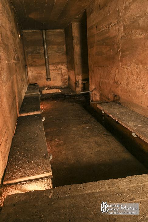 Couloir de l'abri et colonne dans l'abri de défense passive
