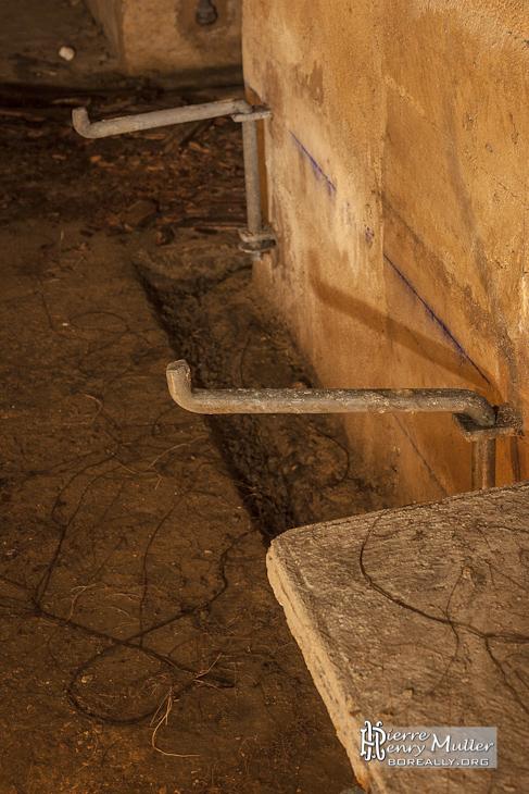 Détail sur le support métallique repliable des bancs en béton à l'abri de défense passive