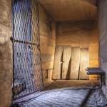 Grille d'un escalier d'accès et bancs en béton contre un mur à l'abri de défense passive