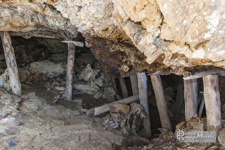 Etayage en bois d'une mine de zinc en Espagne