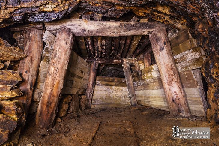 Etayage d'un filon de mine de zinc en Espagne