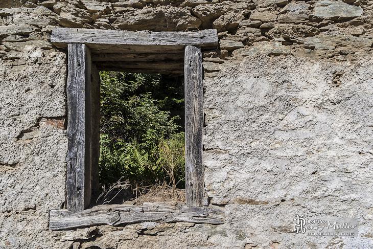Fenêtre d'un bâtiment de mineur dans les Pyrénées en Espagne