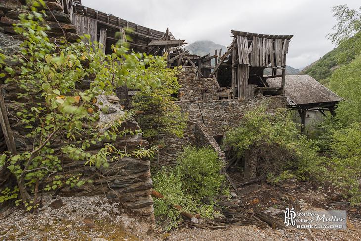 Structure en bois d'une usine de traitement de minerais de fer abandonnée
