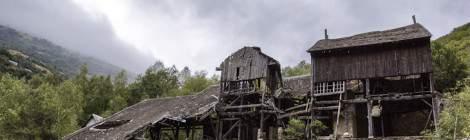 Sous les nuages, cette ancienne usine de traitement abandonné de minerais de fer est en cours d'effondrement....