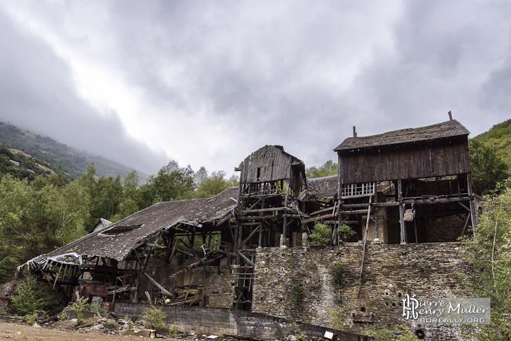 Usine de traitement abandonnée de minerais de fer en Espagne en HDR