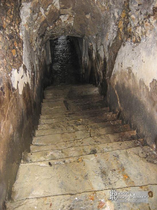 Escalier glissant entre les grottes sous les rampes du - Office du tourisme st germain en laye ...