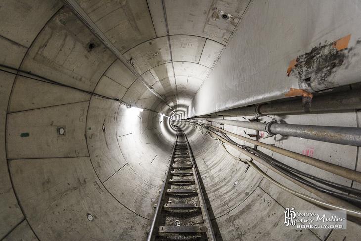 Galerie du tunnel technique avec le rail du train convoyeur