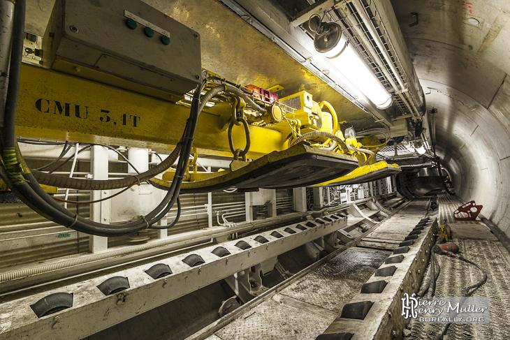 Palan de déchargement des voussoirs sur le train suiveur du tunnelier