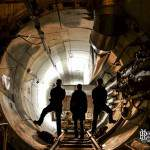 Sortie du tunnel et explorateurs dans la pénombre