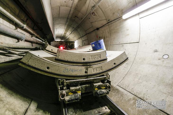 Voussoirs sur leurs wagons prêt à partir vers le tunnelier