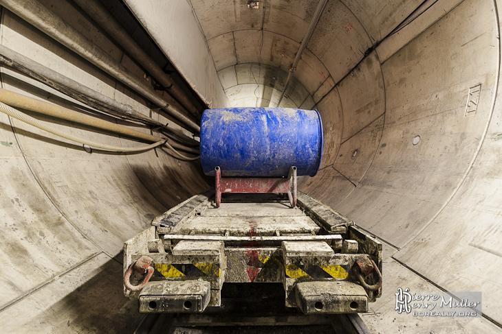 Wagon de matériel divers sur le train convoyeur vers le tunnelier