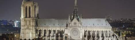 Notre Dame de Paris depuis les toits de Paris la nuit