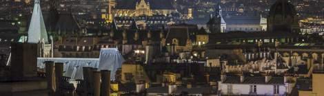 Les toits de Paris la nuit en HDR en direction du sacré coeur de Montmartre avec toutes ces cheminées et ces toits en zinc typiquement parisien.