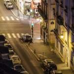 Rue calme de Paris la nuit depuis les toits