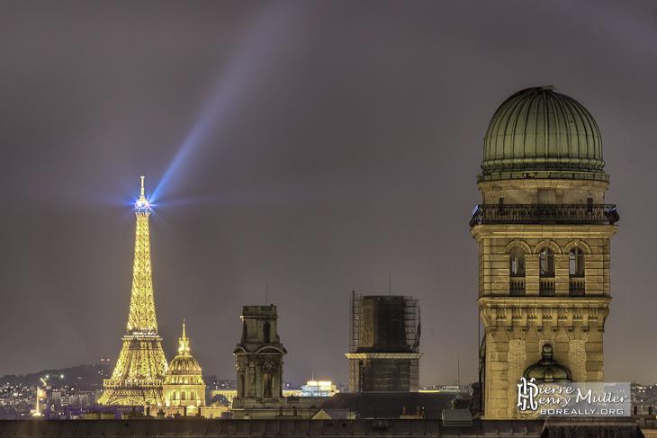 Tour Eiffel et l'observatoire de la Sorbonne depuis les toits de Paris de nuit