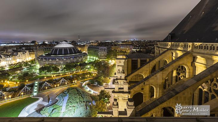 Bourse du commerce Paris les Halles depuis Saint Eustache de nuit