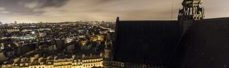 ...Vue sur le côté Nord non mis en valeur de l'Eglise Saint Eustache et les toits des immeubles parisiens à proximité de nuit....