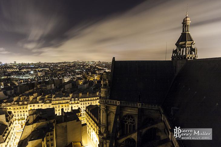 Côté Nord de l'Eglise Saint Eustache et les toits de Paris de nuit