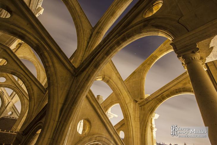 Multiple arcs boutants des contreforts de l'Eglise Saint Eustache de nuit