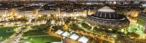 Vue panoramique de nuit de la place des Halles et de la Bourse du Commerce de Paris avec sa coupole. Les jardins de la dalle des Halles sont éclairés par différents type de lumières qui procurent des teintes nuancés sur cette vue.
