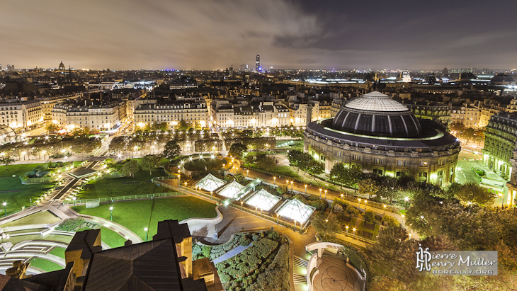Panoramique de nuit de la place des Halles et de la Bourse du Commerce de Paris