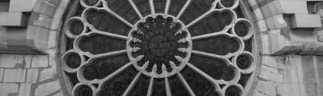 ...Rosace depuis l'extérieur de l'Eglise Saint Eustache en noir et blanc...