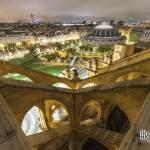 Symétrie de l'Eglise Saint Eustache de nuit et vue sur les toits de Paris