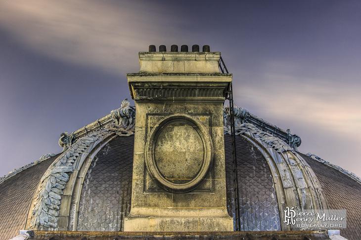 Cheminée en pierre sur un dôme du toit du Grand-Palais en TTHDR