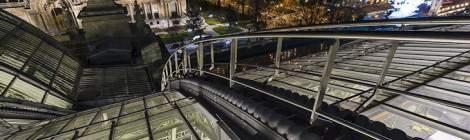 ...Vue assez large sur l'échelle d'accès à la verrière du Grand-Palais, le sol en contre bas de la verrière et Paris la nuit depuis les toits....