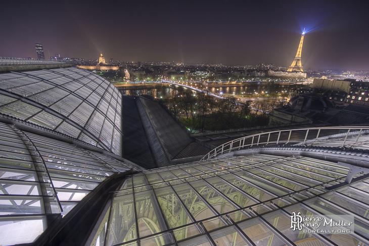 Intersection des nefs du Grand-Palais avec vue sur la Tour Eiffel