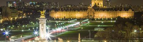 ...Vue sur Les Invalides et l'esplanade de pelouse de nuit et une portion du pont Alexandre III depuis le toit du Grand Palais....