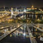 Pont Alexandre III et les Invalides de nuit et leurs relfets dans la verrière du Grand-Palais