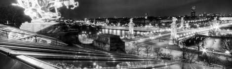 Sur le toit du Grand-Palais avec une vue sur le pont Alexandre III et la Seine, le quadrige de Georges Récipon nommé «L'Harmonie triomphant de la Discorde» agrémenté de reflets des lumières de la ville dans la verrière en HDR noir et blanc....