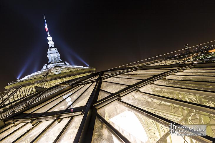 Toit du Grand-Palais de nuit au sommet de la verrière