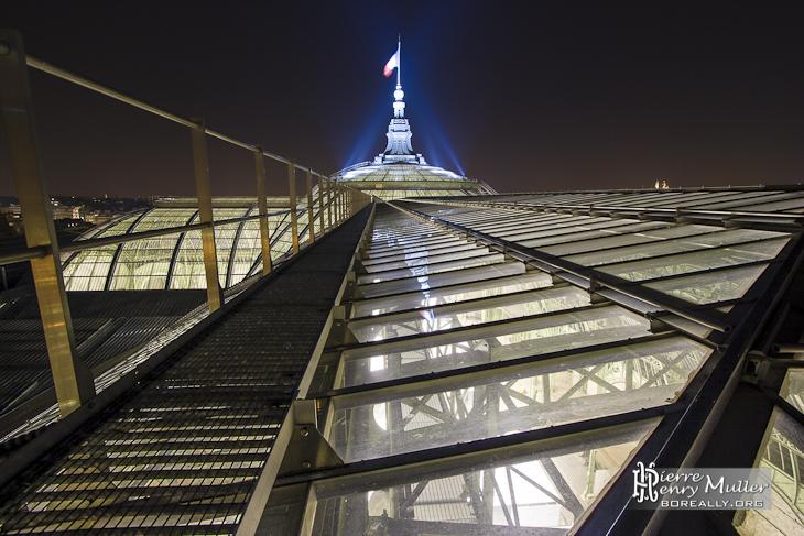 Verrière et flèche du Grand-Palais depuis le chemin de ronde de nuit