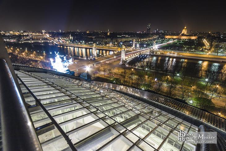 Verrière du Grand-Palais éclairée, pont Alexandre III et les Invalides de nuit