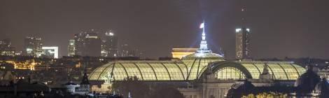 Vue panoramique vers le Grand Palais, le quartier de la Défense vue des toits du Musée d'Orsay....