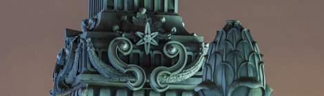 Ornements sur le toit du Musée d'Orsay à Paris....