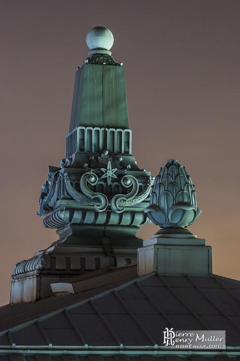 Ornements sur le toit du Musée d'Orsay à Paris