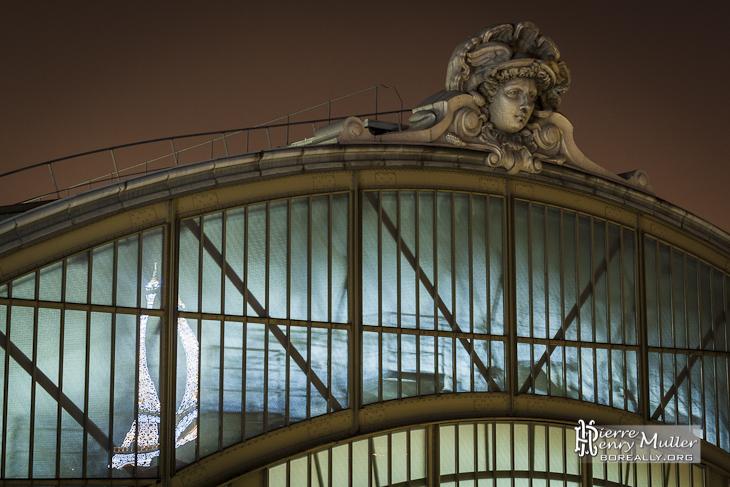 Sculpture de tête sur le toit du musée d'Orsay et reflet de la Tour Eiffel