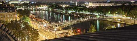 Panoramique sur Paris de nuit avec la Seine, le Grand Palais depuis le toit du Musée d'Orsay....